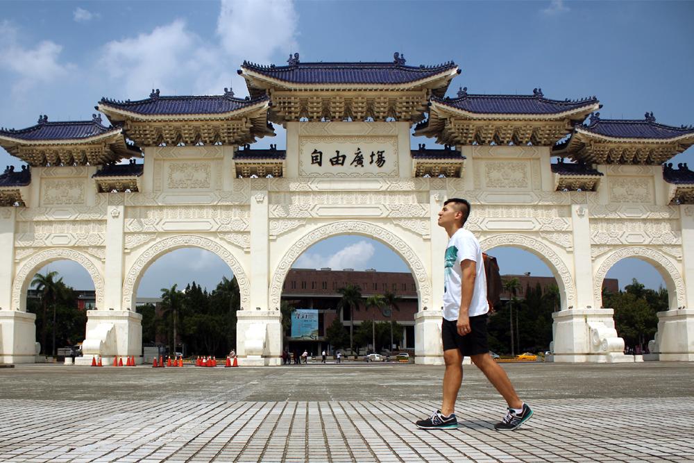 Walking shot at Dazhong Gate