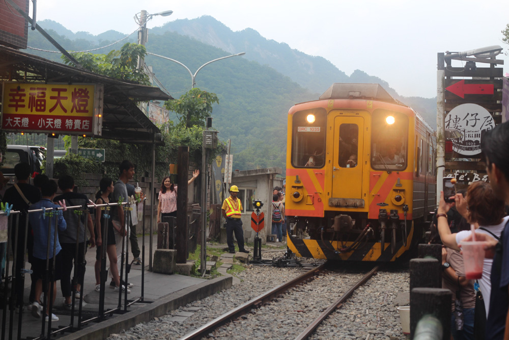 015 Move over --- approaching train at Shifen Station